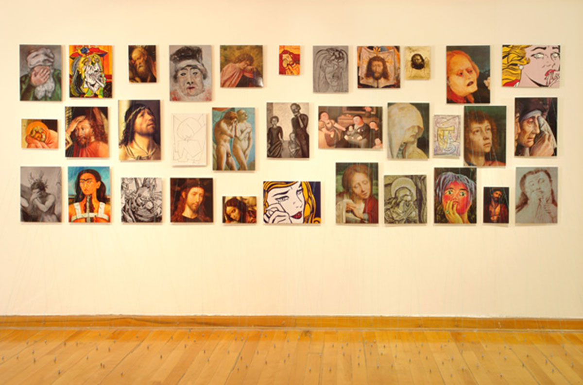 33 tremendas tristezas (33 Tremendous Sadnesses), © 2008, C-prints on aluminum, nylon threads, plumbs, approx. 160 x 400 x 70 cm