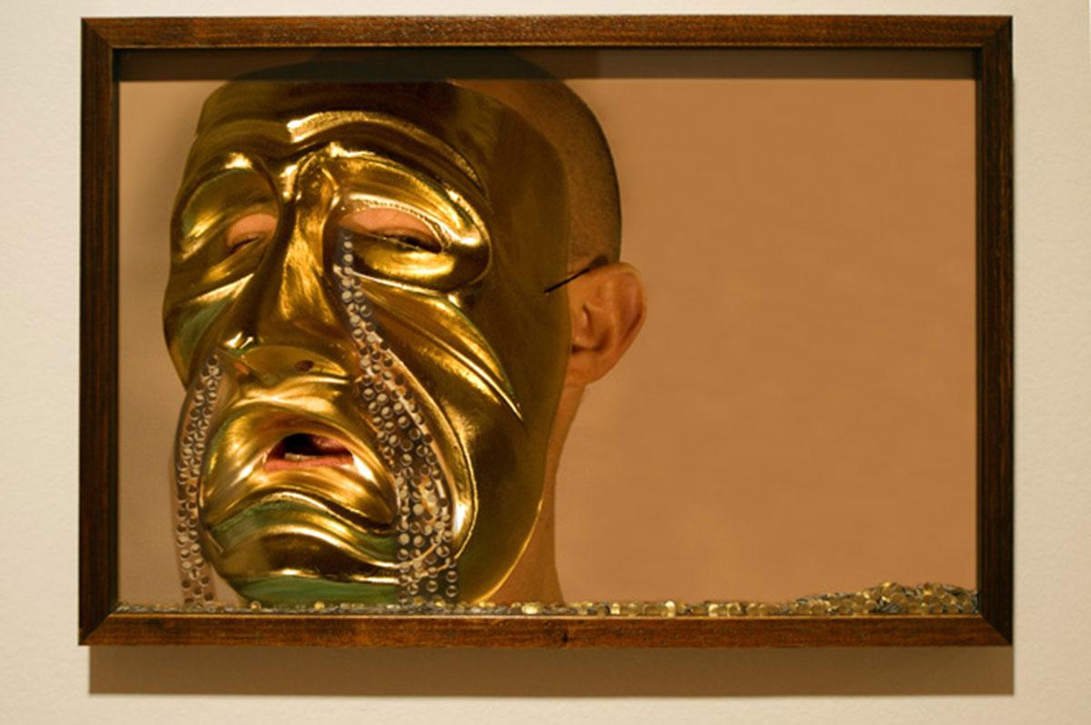 Te conozco mascarita, © 2008, C-print, golden loose confetti, 30 x 45 cm