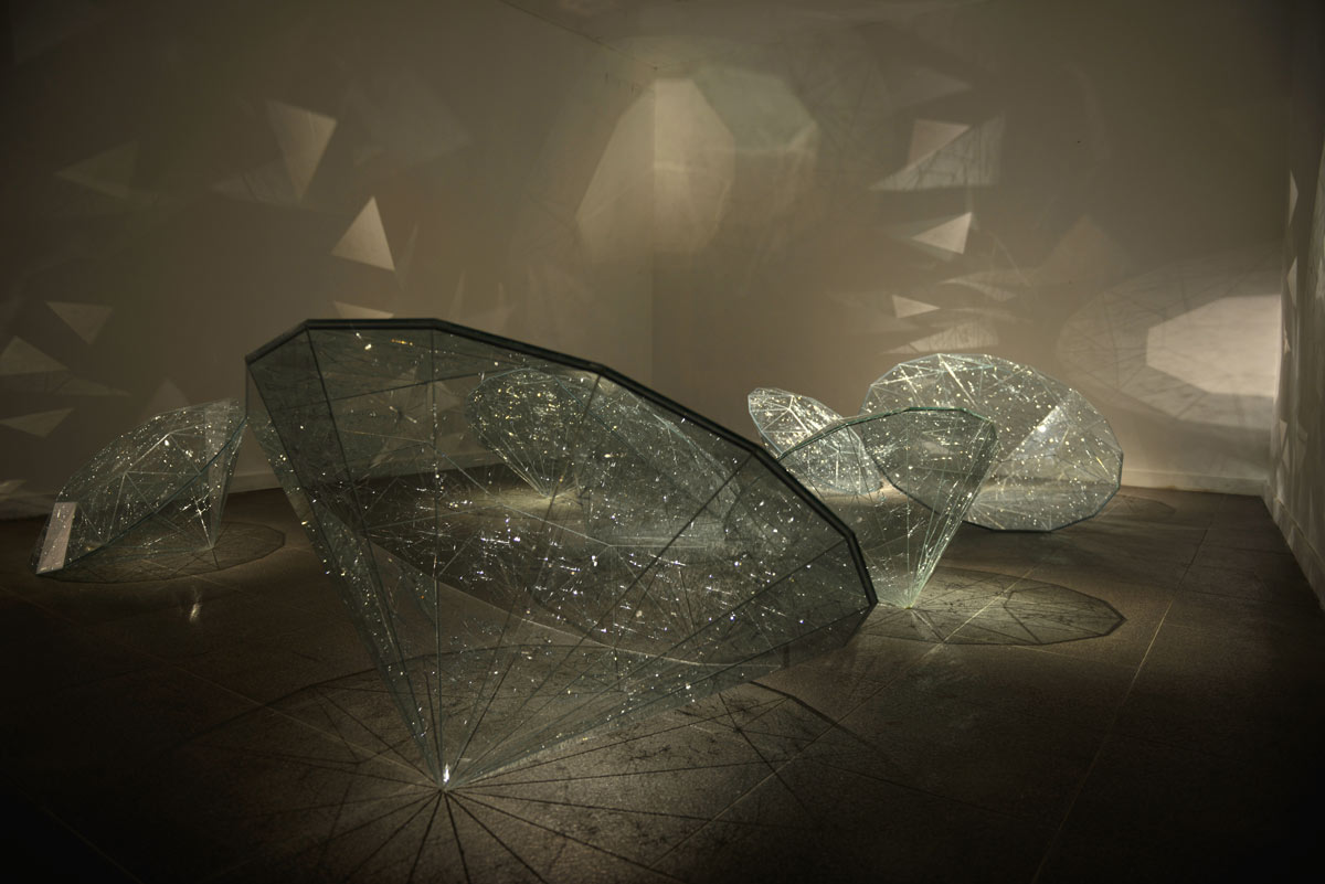 © 2017, Shattered safety glass Seven glass diamonds in three different dimensions (between 100 and 140 cm in diameter)