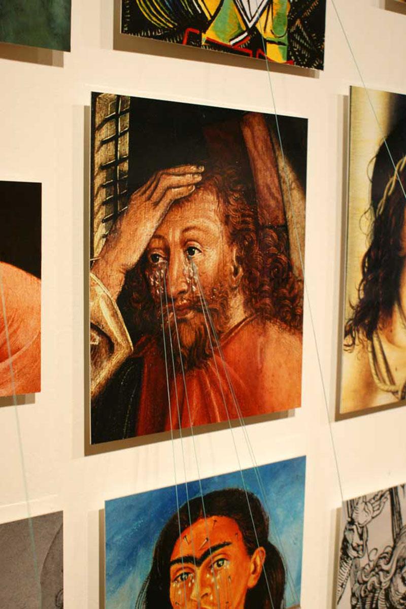 33 tremendas tristezas (33 Tremendous Sadnesses), © 2008, C-prints on aluminum, nylon threads, plumbs, approx. 160 x 400 x 70 cm